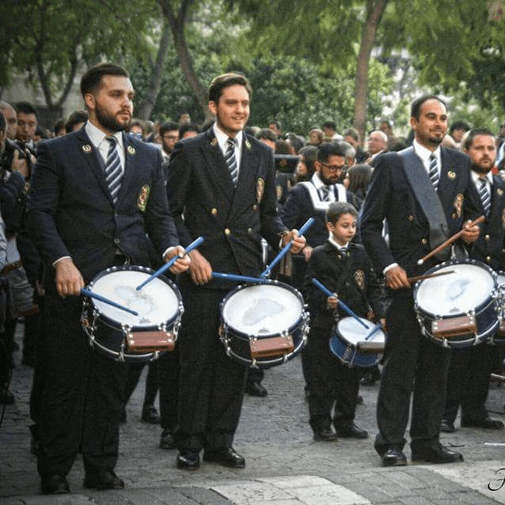 ex-alumnos de la Escuela de Música de Osuna procesionando en Semana Santa